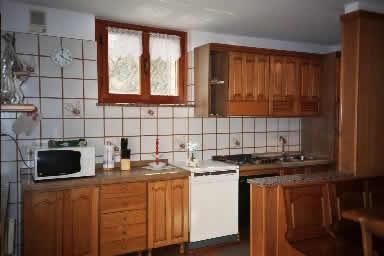 Angolo cottura con cucina e microonde della Villa